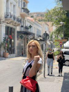 κοπέλα με τσάντα κόκκινη μικρή